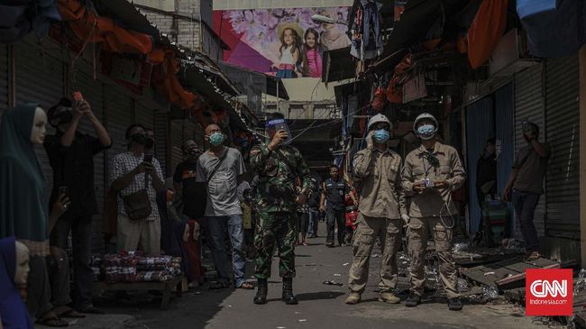 Petugas Badan Nasional Penanggulangan Bencana (BNPB) menerbangkan thermal drone di kawasan Pasar Tanah Abang, Jakarta, Sabtu, 23 Mei 2020. Hal tersebut dilakukan untuk memantau suhu para pengunjung di Pasar Tanah Abang guna mencegah penyebaran virus Covid-19. CNN Indonesia/Bisma Septalisma