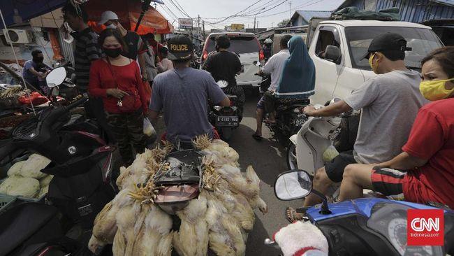 Warga memadati Pasar Pulogadung di tengah penerapan Pembatasan Sosial Berskala Besar (PSBB) di Jakarta, Sabtu, 23 Mei 2020. Meskipun dalam masa pandemi COVID-19, warga tetap ramai mengunjungi pusat perbelanjaan untuk memenuhi kebutuhan lebaran. Sebelumnya Gubernur DKI Jakarta Anies Baswedan memutuskan untuk melanjutkan PSBB tahap ketiga di DKI Jakarta yang dimulai 22 Mei hingga 4 Juni 2020 atau selama 14 hari ke depan untuk menekan tingkat penularan COVID-19. CNNIndonesia/Adhi Wicaksono