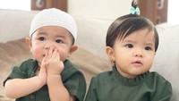 <div>Hanya beda model pakaian, anak kembar Ratna Galih kompak mengenakan pakaian dengan warna yang sama. Menggemaskan ya, Bunda? (Foto: Instagram @ratnagalih)</div>