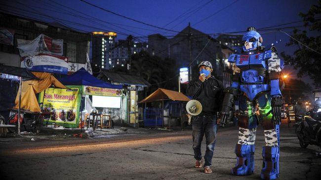 Robot Sikopit berpatroli menjelang malam di sekitar Pasar Cikutra, Bandung, Jawa Barat, Senin (4/5/2020).