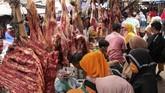 Sejumlah calon pembeli melihat lihat daging sapi pada perayaan tradisi meugang di pasar tradisional, Kota Lhokseumawe, Aceh, Sabtu (23/5/2020). ANTARA FOTO/Rahmad