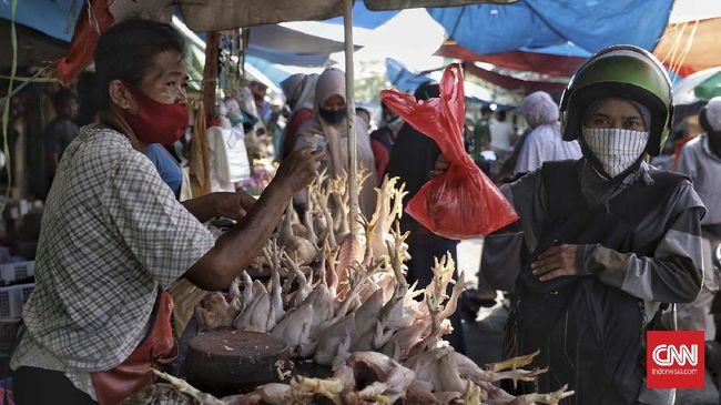 Suasana di Pasar Kramat Jati, Jakarta, Sabtu, 23 Mei 2020. Menjelang perayaan Hari Raya Idulfitri 1441 H, Pasar Kramat Jati sejak pagi hari dipadati oleh para warga yang hendak membeli kebutuhan bahan makanan maupun kebutuhan rumah tangga. CNN Indonesia/Bisma Septalisma