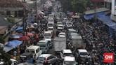 Kepadatan kendaraan dan mobilitas warga di kawasan Pasar Kebayoran Lama, Jakarta, Jumat, 22 Mei 2020. Dua hari menjelang Idul Fitri, sejumlah pasar yang ada di ibukota Jakarta dipenuhi warga untuk mencari kebutuhan sandang dan pangan. CNNIndonesia/Safir Makki