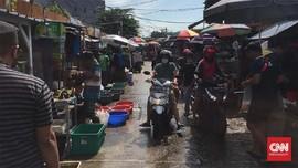 Satpol PP Tertibkan Kerumunan Pasar Jatinegara