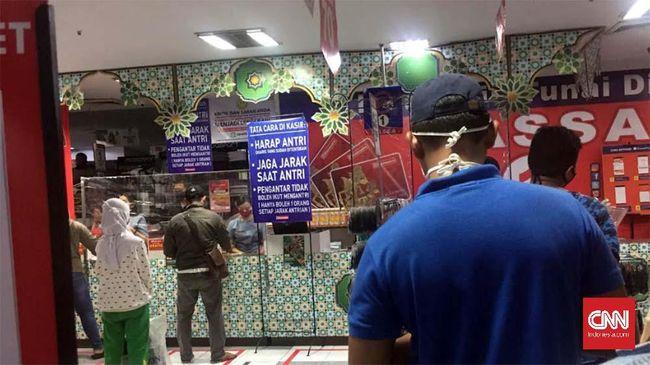 Toko Pakaian Ramayana di kasasan Pasar Minggu, Jakarta Selatan tetap beroperasi selama penerapan status PSBB, Sabtu (23/5.