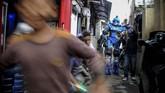 Robot Sikopit membubarkan kerumuman anak di gang Sekepanjang, Cikutra, Bandung, Jawa Barat, Senin (4/5/2020).