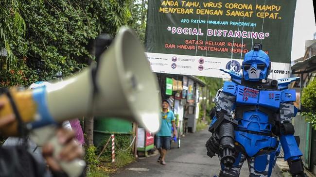 Robot Sikopit berpatroli keliling desa bersama anggota karang taruna di gang Sekepanjang, Cikutra, Bandung, Jawa Barat, Senin (4/5/2020).