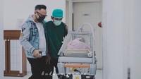 <p>Istri Indra Brasco ini melahirkan di tanggal cantik lho, Bunda. Anak keempat mereka lahir tepat tanggal 20 Mei 2020 pukul 20.20 WIB. (Foto: Instagram @monaratuliu)</p>