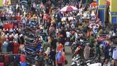 Sejumlah pengunjung memadati Pasar Tengah di Pontianak, Kalimantan Barat, Jumat (22/5/2020). ANTARA FOTO/Jessica Helena Wuysang