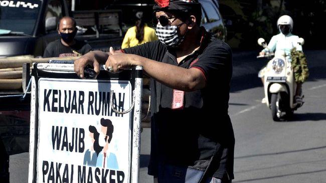 Melalui Peraturan Wali Kota Nomor 43 Tahun 2020, Pemkot Bandung menerapkan denda Rp100 ribu bagi warga yang tidak mengenakan masker di area publik.