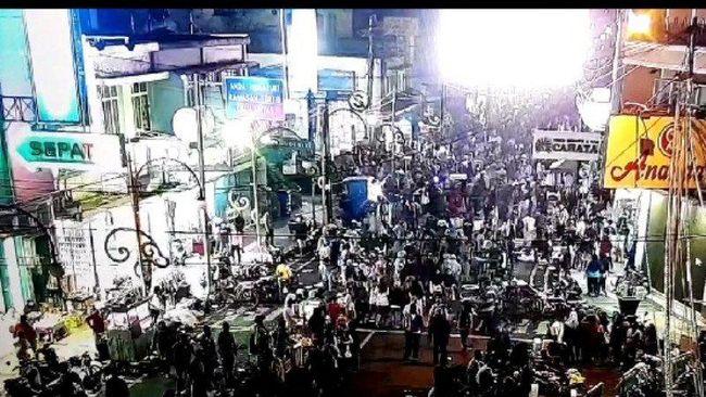 Warga memadati Jalan Ahmad Yani, Kabupaten Garut, Jawa Barat, Sabtu (23/5/2020) malam. ANTARA/HO-CCTV Diskominfo Garut