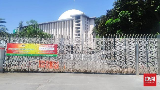 Suasana di Masjid Istiqlal, Jakarta Pusat cukup ramai didatangi para pengunjung di Hari Raya IdulFitri 1441 Hijriah, Minggu (24/5). Mayoritas dari mereka, datang untuk berfoto di depan Masjid terbesar di Asia Tenggara Itu
