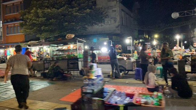Kerumunan pedagang kaki lima (PKL) mengundang keramaian di malam takbiran di kawasan Kota Tua, Tamansari, Jakarta Barat, Sabtu (23/5/2020). (ANTARA/HO-Munir)
