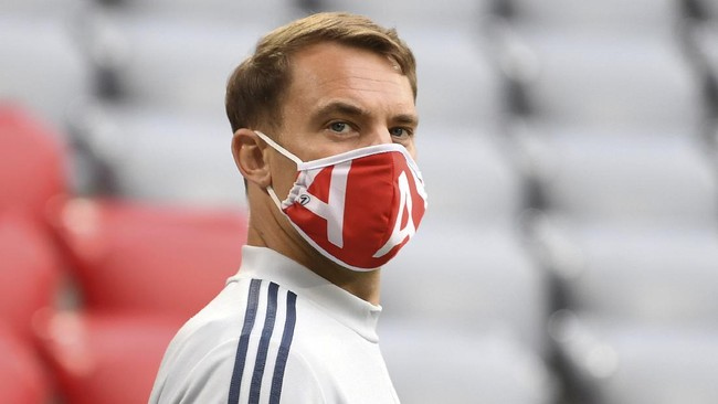 Munich's goal keeper Manuel Neuer enters the stadium prior to the German Bundesliga soccer match between Bayern Munich and Eintracht Frankfurt in Munich, Germany, Saturday, May 23, 2020. (Andreas Gebert/pool via AP)