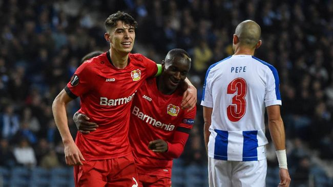 Bayer Leverkusen's German midfielder Kai Havertz (L) celebrates with teammate French forward Moussa Diaby after scoring a goal  during the UEFA Europa League round of 32 second leg football match between FC Porto and Bayer Leverkusen at the Dragao stadium in Porto on February 27, 2020. (Photo by MIGUEL RIOPA / AFP)
