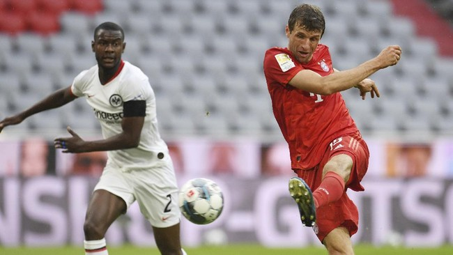 Bayern Munich's Thomas Muller scores his side's second goal during the German Bundesliga soccer match between Bayern Munich and Eintracht Frankfurt in Munich, Germany, Saturday, May 23, 2020. (Andreas Gebert/pool via AP)