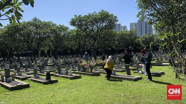 Suasana di Taman Makam Pahlawan (TMP) Kalibata, Jakarta Selatan masih ramai dikunjungi peziarah di Hari Raya IdulFitri 1441 Hijriah, Minggu (24/5). Beberapa di antara peziarah menyempatkan diri untuk berswafoto di makam Kristiani Herrawati atau Ani Yudhoyono, Bacharuddin Jusuf Habibie, serta Hasri Ainun Habibie.