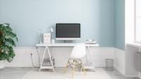 Jika merasa warna putih pada meja kerja dan kursi terlalu monoton, Bunda bisa bermain warna untuk cat tembok. Warna biru misalnya bisa membuat ruangan lebih segar dan hidup. (Foto: iStock)