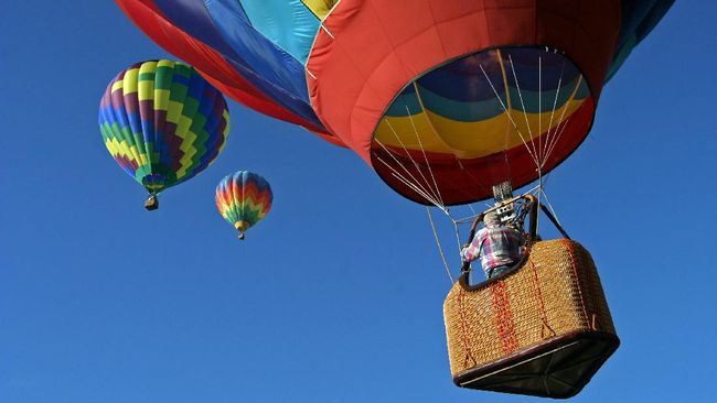 Sebuah balon udara di Selandia Baru jatuh menghantam rumah mengakibatkan 11 orang luka-luka.