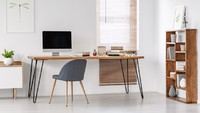 Perpaduan kayu alami dan besi menjadikan meja kerja Bunda terlihat profesional, namun tetap simpel dan minimalis. (Foto: iStock)