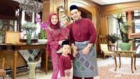 <p>1. Tya Arifin  Sejak dipersunting Asyraf Khalid, Tya Arifin menetap di Malaysia. Menantu penyanyi Siti Nurhaliza ini merayakan Idul Fitri 1441 H bersama keluarga besar suaminya. (Foto: Instagram @tyaarifinnw)</p>