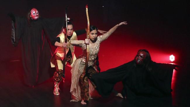 Indonesian dancers Nala Amyrtha, center, and Siswanto