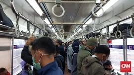 KRL Mulai Ramai, Petugas Terapkan Protokol Pandemi Covid-19
