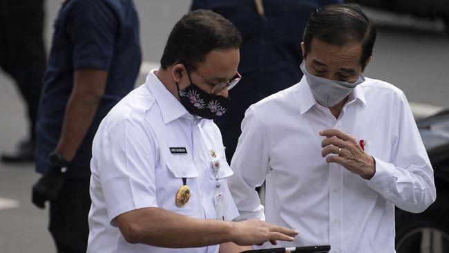 Presiden Joko Widodo (kanan) berbincang dengan Gubernur DKI Jakarta Anies Baswedan seusaimeninjau kesiapan penerapan prosedur standar New Normal di Stasiun MRT BundaraanHI, Jakarta, Selasa (26/5/2020). ANTARA FOTO/Sigid Kurniawan/POOL/foc.