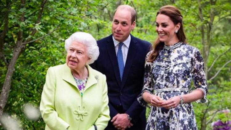 Kate Middleton bersama Pangeran William dan Ratu Elizabeth II