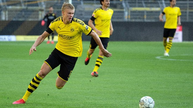 Dortmund's Norwegian forward Erling Braut Haaland plays the ball during the German first division Bundesliga football match BVB Borussia Dortmund v FC Bayern Munich on May 26, 2020 in Dortmund, western Germany. (Photo by Federico GAMBARINI / POOL / AFP) / DFL REGULATIONS PROHIBIT ANY USE OF PHOTOGRAPHS AS IMAGE SEQUENCES AND/OR QUASI-VIDEO