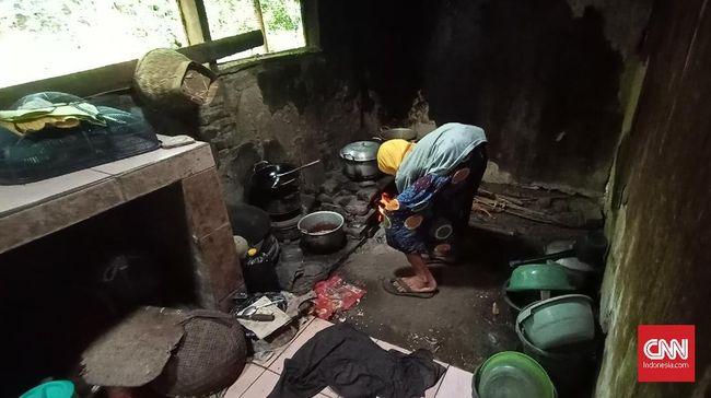 Nenek Sumi (83) dan anaknya Darwis (40) tak bisa merayakan lebaran seperti warga lainnya karena belenggu kemiskinan.