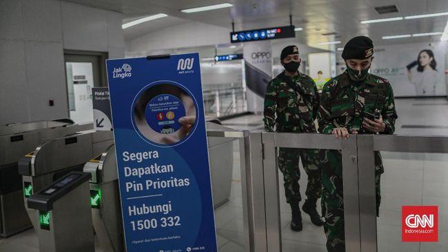 Sejumlah anggota TNI berjaga di Stasiun MRT Bundaran HI, Jakarta, Rabu, 27 Mei 2020. Hal tersebut dilakukan pemerintah sebagai upaya pendisiplinan protokol kesehatan untuk mencegah penularan virus corona (Covid-19). CNN Indonesia/Bisma Septalisma