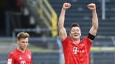 Bayern Munich's Polish forward Robert Lewandowski (R) and Bayern Munich's German midfielder Joshua Kimmich celebrate after the German first division Bundesliga football match BVB Borussia Dortmund v FC Bayern Munich on May 26, 2020 in Dortmund, western Germany. (Photo by Federico GAMBARINI / POOL / AFP) / DFL REGULATIONS PROHIBIT ANY USE OF PHOTOGRAPHS AS IMAGE SEQUENCES AND/OR QUASI-VIDEO