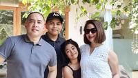 <p>Bali menjadi salah satu tempat favorit keluarga Angie dan Haryo menghabiskan liburan. Semoga langgeng dan sehat semuanya ya. (Foto: Instagram @novitaangie)</p>