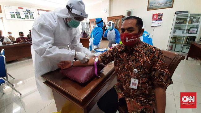 Walikota Solo, FX Hadi Rudyatmo diambil sampel darahnya untuk diuji cepat Covid-19, Rabu (27/5).