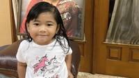 <p>Gaia berpose di depan foto mendiang neneknya, Ani Yudhoyono. Gaia terlihat mirip ya dengan neneknya. (Foto: Instagram @ruby_26)</p>