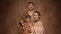 <p>Di kehamilan kedua ini, Chelsea Olivia juga melakukan maternity photoshoot bersama suaminya, Glenn dan putri pertama mereka, Nastusha. (Foto: Instagram @chelseaoliviaa)</p>