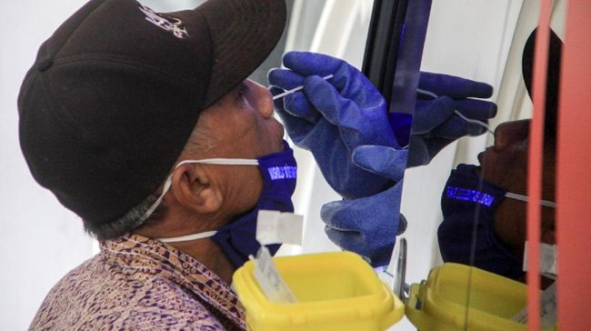 Warga mengikuti test swab COVID-19 menggunakan mobil tes polymerase chain reaction (PCR) atau Mobile Combat COVID-19 di RSUD Sidoarjo, Jawa Timur, Kamis (28/5/2020). Swab test dengan Mobil tes polymerase chain reaction (PCR) atau Mobile Combat COVID-19 dari Gugus Tugas Percepatan Penanganan COVID-19 tersebut bertujuan untuk mempercepat pengujian secara lebih masif dan spesimen swab di lapangan. ANTARA FOTO/Umarul Faruq/nz
