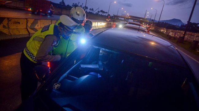 Petugas kepolisian memeriksa kelengkapan pengemudi saat penyekatan arus balik menuju Jakarta di Gerbang masuk Tol Cileunyi, Kabupaten Bandung, Jawa Barat, Rabu (27/5/2020). Pada penyekatan arus balik tersebut petugas memeriksa surat tugas kantor dan surat izin keluar masuk (SIKM) pada pengemudi yang berkendara dengan menggunakan Plat B serta meminta pengendara memutar balik jika tidak memiliki SIKM. ANTARA FOTO/Raisan Al Farisi/foc.