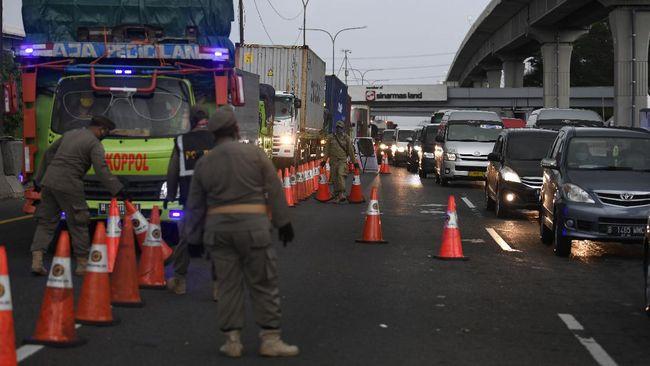 Antrean kendaraan saat pemeriksaan surat kelengkapan syarat masuk wilayah Jabodetabek di KM 47 Tol Cikampek-Jakarta, Jawa Barat, Rabu (27/5/2020). Petugas gabungan melakukan pemeriksaan dan memperketat pengawasan arus transportasi yang hendak masuk ke Jabodetabek guna memutus penyebaran COVID-19. ANTARA FOTO/Puspa Perwitasari/foc.