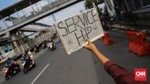 FOTO: Menjajakan Jasa Servis Ponsel dari Pinggir Jalan