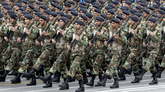Iranian soldiers march during a military parade as they mark the country's annual army day in Tehran, on April 18, 2019. - Iran's President Hassan Rouhani called on Middle East states on April 18 to