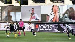 FOTO : Via Zoom, Cara Baru Suporter Denmark Menonton Laga