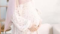 <p><strong>2. Dian Pelangi</strong>  Awal April lalu, desainer Dian Pelangi umumkan kehamilan anak pertamanya. Ia harus melakukan maternity photoshoot di rumah karena pandemi Corona. (Foto: Instagram @dianpelangi)</p>