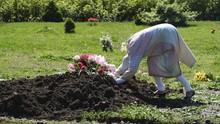 NYALANG: Merapal Doa, Melepaskan Duka