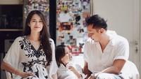 <p><strong>5. Sabai Morscheck</strong>  Sabai Morscheck dan suaminya Ringgo Agus Rahman akan dikaruniai anak kedua. Dalam unggahan terbaru di Instagram saat Idul Fitri, perut Sabai terlihat sudah besar. (Foto: Instagram @sabaidieter)</p>