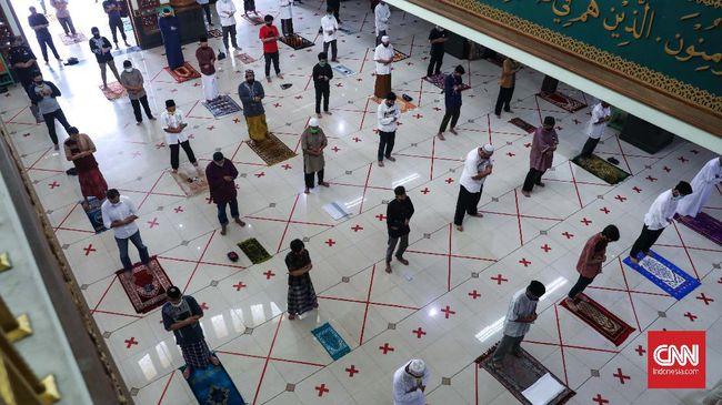 Warga melaksanakan Salat Jumat perdana setelah kurang lebih dua bulan tidak melaksanakannya di Masjid Agung Al-Barkah, Bekasi, Jawa Barat, Jumat, 29 Mei 2020. Ada sejumlah protokol kesehatan bagi jemaah yang hendak beribadah. CNNIndonesia/Safir Makki
