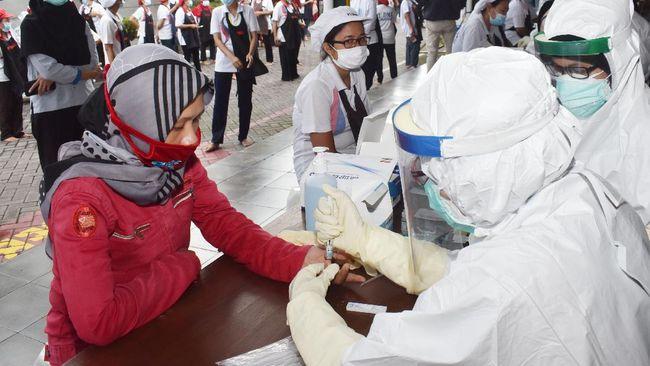 Petugas kesehatan mengambil sampel darah pekerja saat tes diagnostik cepat (rapid test) COVID-19 di sebuah pabrik rokok di Kabupaten Madiun, Jawa Timur, Rabu (27/5/2020). Rapid test yang dilakukan terhadap 890 pekerja di pabrik rokok tersebut dimaksudkan untuk mencegah penyebaran COVID-19 menyusul ditemukannya seorang pekerja terkonfirmasi positif COVID-19 di pabrik rokok tersebut. ANTARA FOTO/Siswowidodo/foc.