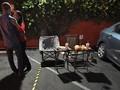 FOTO: Makan Malam Romantis ala 'New Normal' di Parkiran Mobil