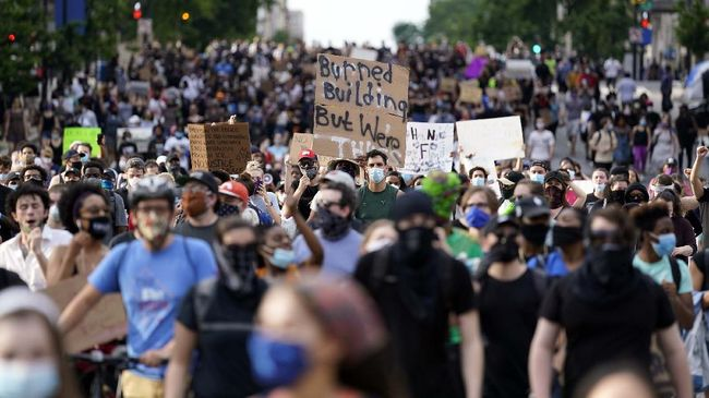 Demonstrators gather to protest the death of George Floyd, a black man who died in police custody in Minneapolis, Friday, May 29, 2020, in Washington. (AP Photo/Evan Vucci)